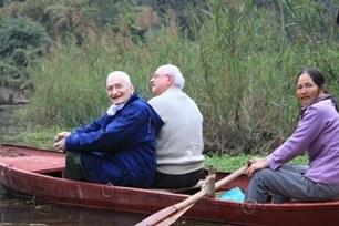 9.2-Deux prêtres heureux de se faire mener en bateau !