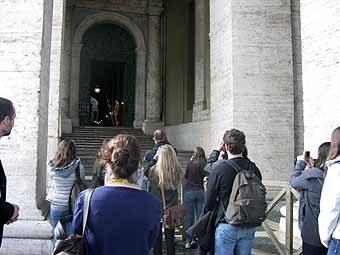 2644. Séance photo du garde Suisse, qui salue uniquement au passage d'un prêtre