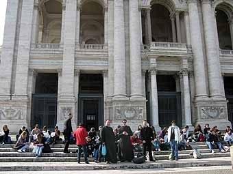 2660. Pique nique devant la Basilique Majeure.. Il fait froid, mais quel belle place !