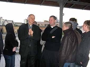 2797.Nous sommes accueillis par le père Sylvain Bataille, supérieur du Séminaire, prêtre de l'Oise